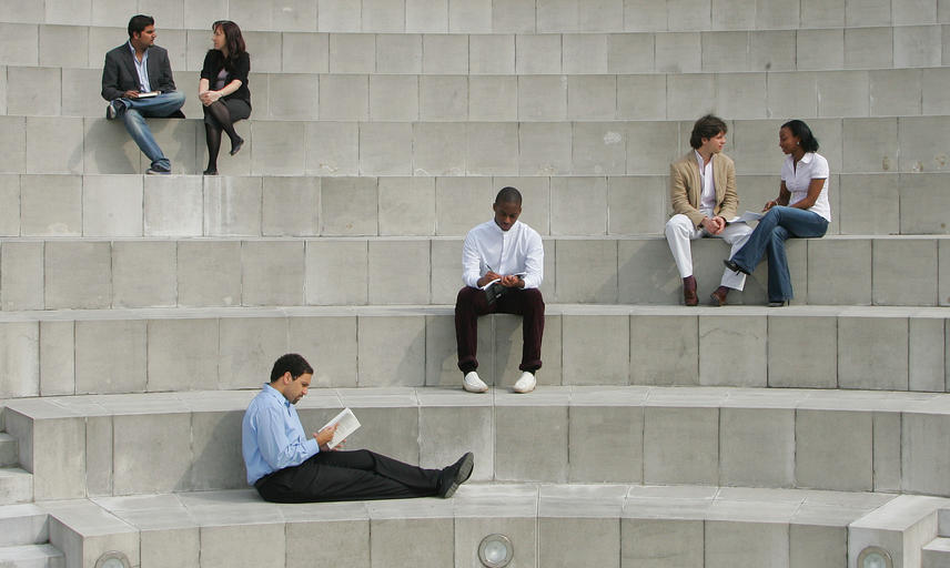 students on the steps of the amphitheatre at the Saïd business school